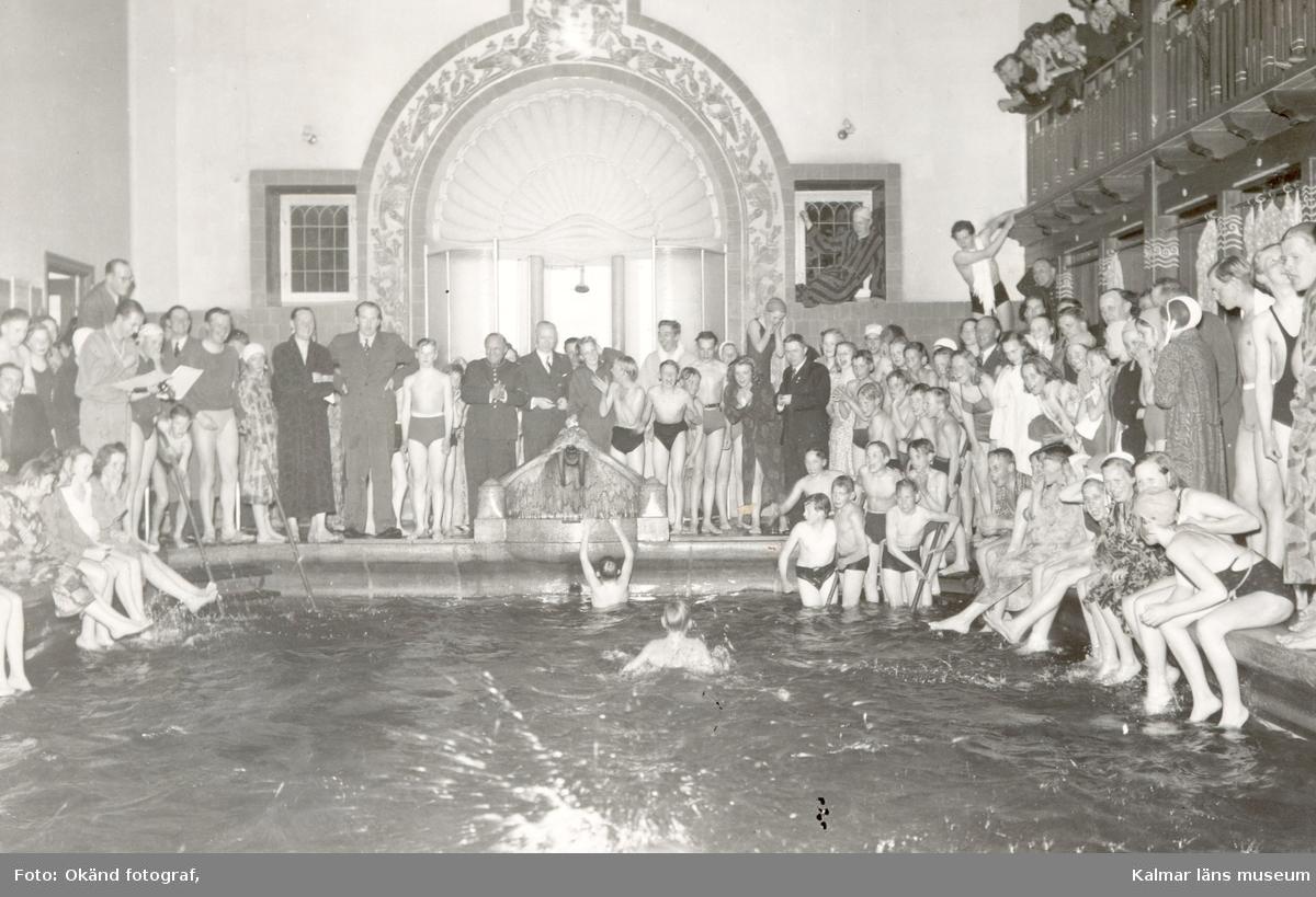 Bild tagen i varmbadhuset i Kalmar. Barn badar i en bassäng.