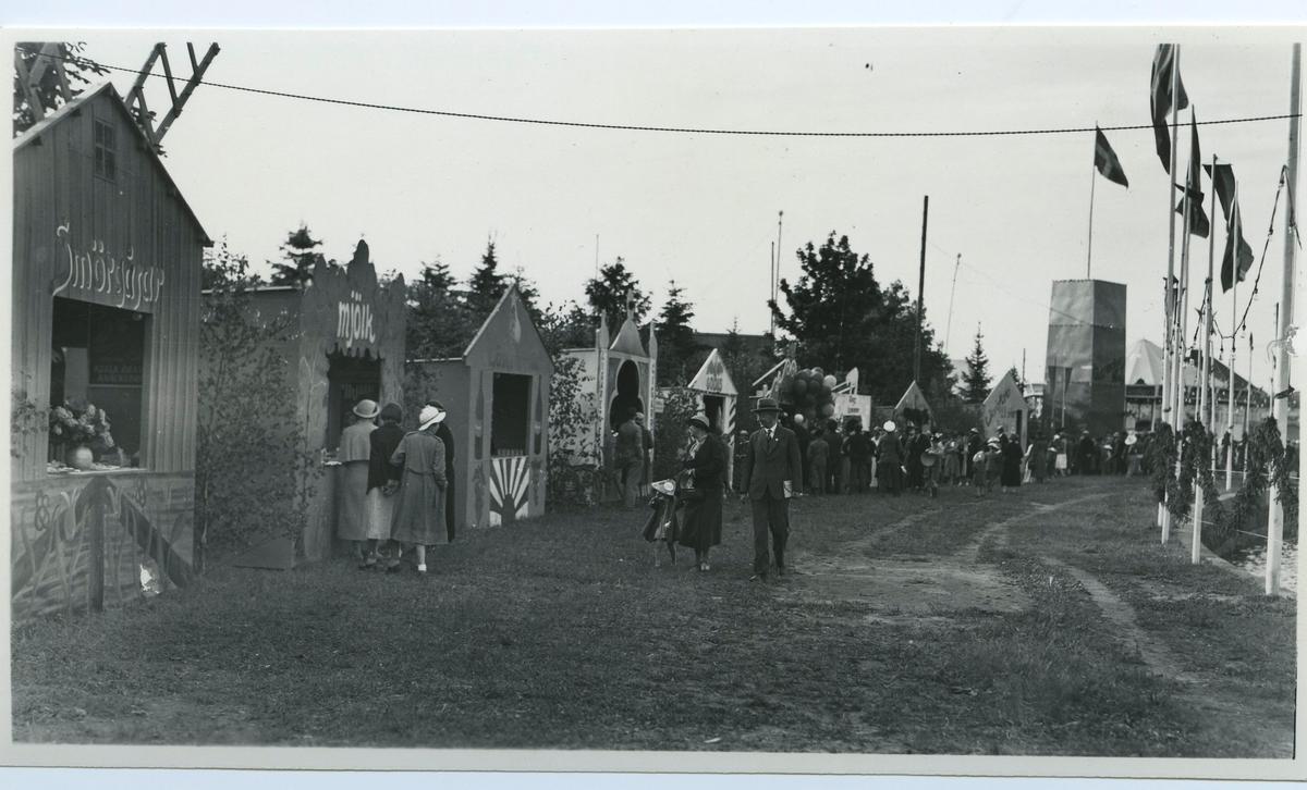 Firande av Barnens Dag i Kalmar 1935. Marknadsstånd, försäljning av mjölk, smörgåsar med mera.