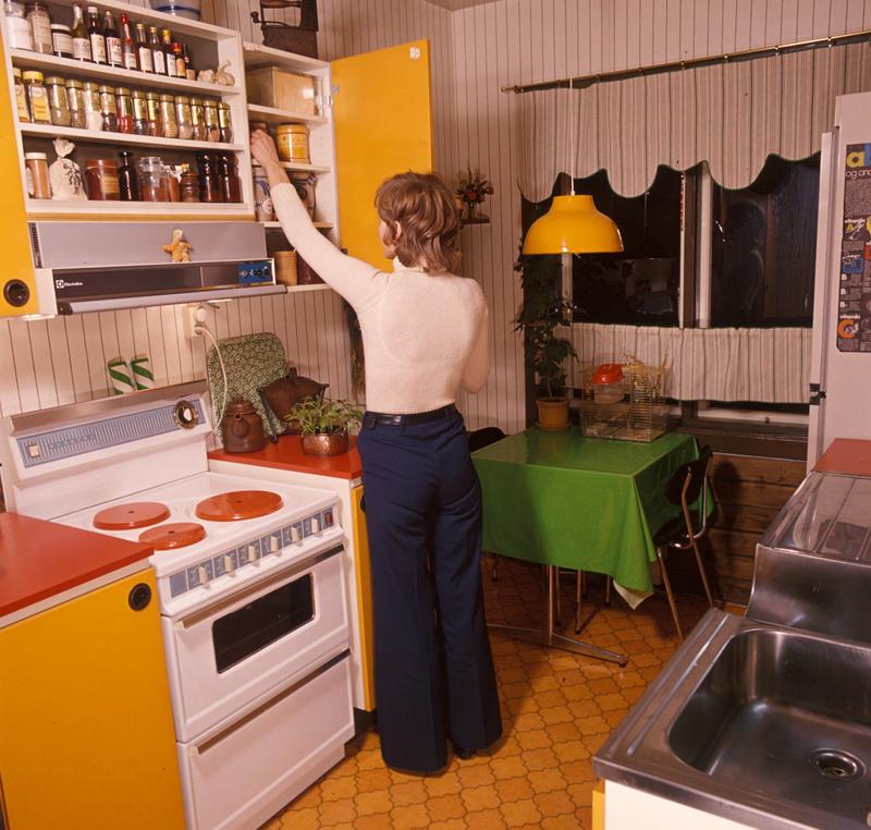 Nyinnredet kjøkken i OBOS leiegård. Nye Bonytt 1975-2.