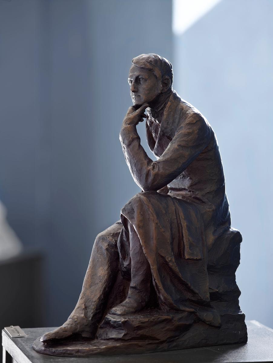Forfattar og riksarkivar. Støypt etter ASM 166 i gips. Gipsstatuetten er laga same år som Svor for til Paris og kanskje i samband med 50-årsmarkeringa for forfattaren sin død. Svor stilte ut ein gips av forfattaren på Høstutstillingen i 1898, det er uvisst om det var ASM 166.