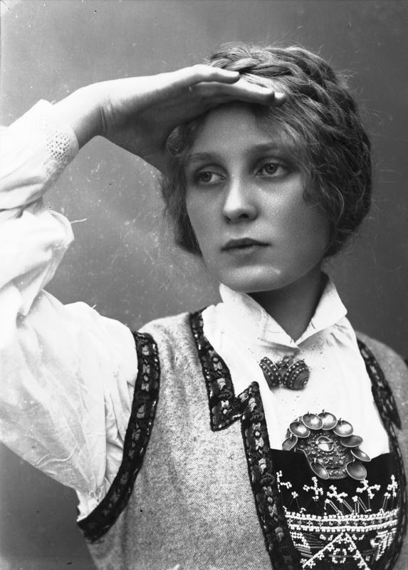 Studioportrett av kvinne i drakt og oppsatt hår som speider. 1908. (Foto/Photo)