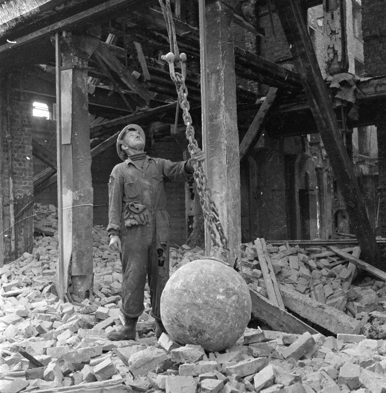 Robshamgården rives, mann med jernkule. Oslo mai 1959.