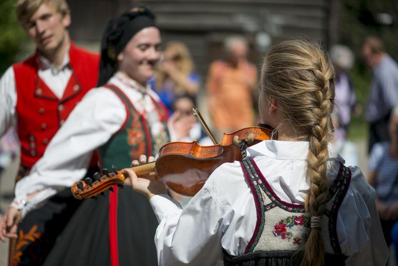 Folkedans og folkemusikk i Friluftsmuseet på Norsk Folkemuseum