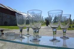 blanke glass med fasettsliping langs kanten; vannglass og vinglass. (Foto/Photo)