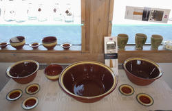 Terrakottabrune, dreide boller i glassert keramikk fra Rørospotteriet.