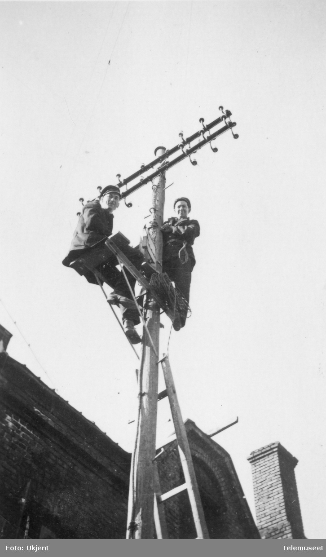 Telemontører i stolpe