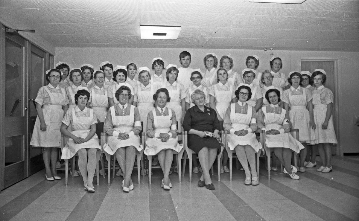 Gruppebilde. Hjelpepleierskolen. Kun en mannlig elev ellers kvinner.