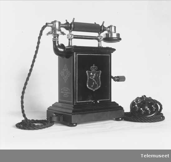 Telefon, magneto bordapparat i tre og stål, klokke 2000 ohm, m ny mtlf.. 8.3.13. Elektrisk Bureau.