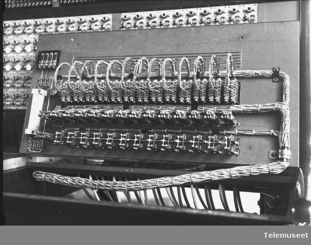 Telefonsentral, cb snorveksler, ekspedisjonsplaten oppslått, detalj fra foto nr 359. Rjukan. 11.7.13 Elektrisk Bureau.