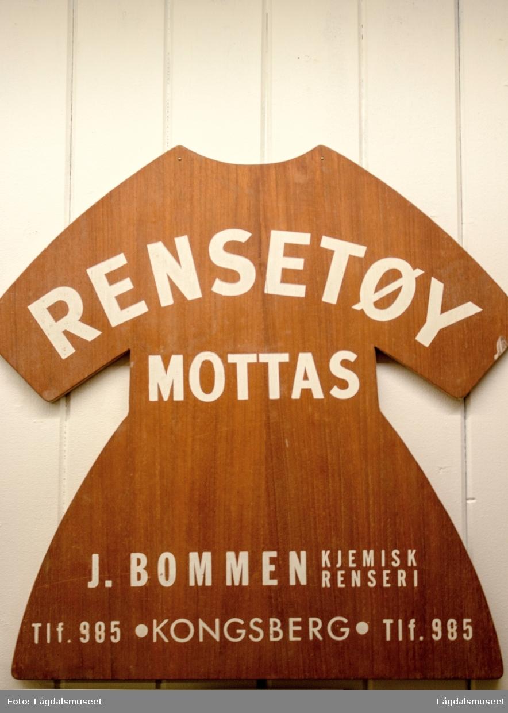 Reklameskilt i tre for J. Bommen - Kjemisk Renseri fra Opdal Handel i Storagata i Lyngdal.