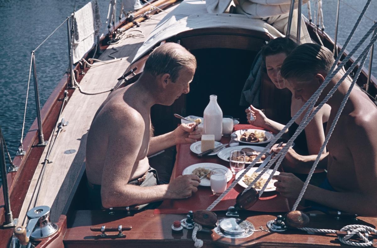 Middag i sittbrunnen på segelbåten Elsi-Anne.