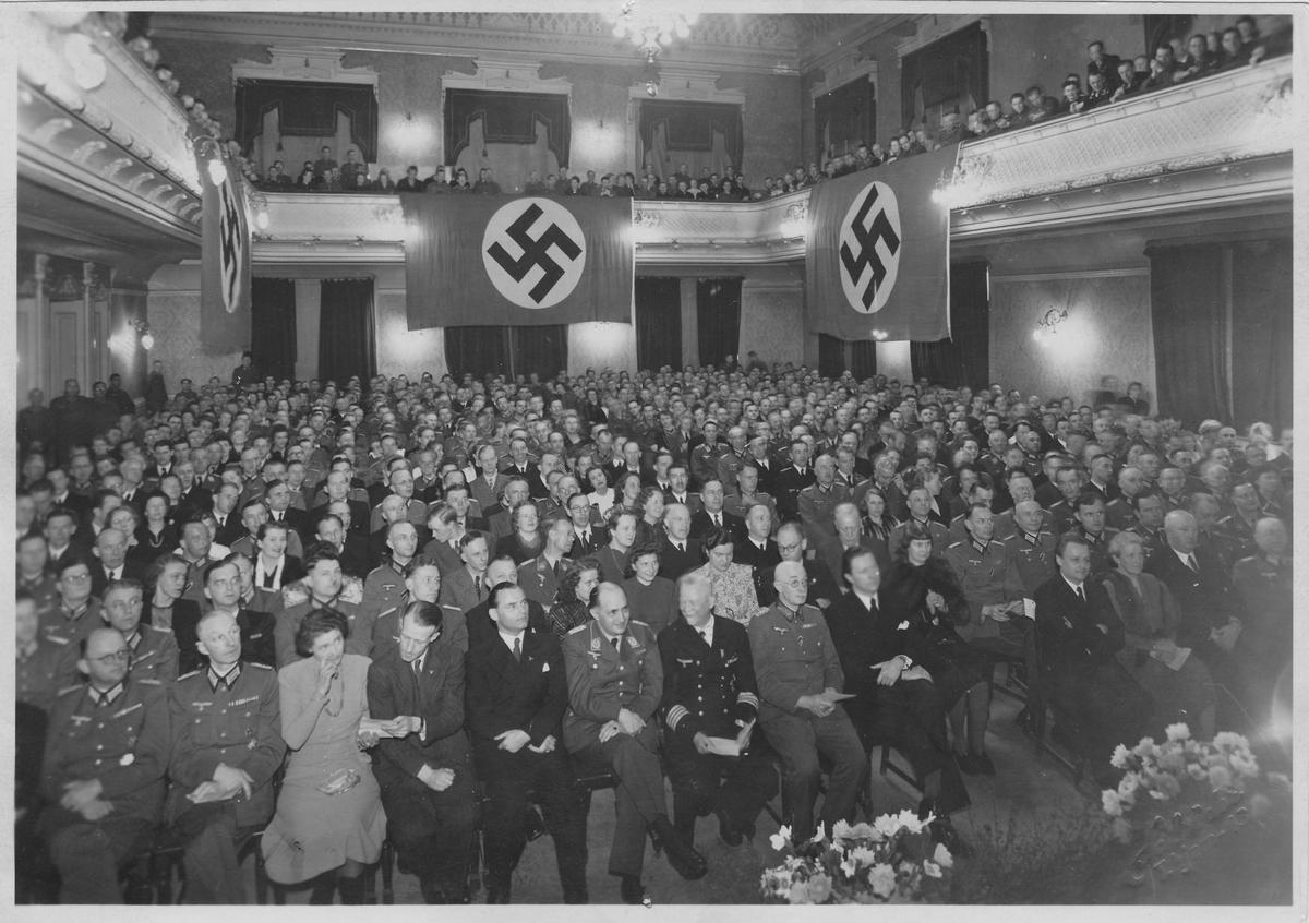 Nazistisk møte i Frimurerlogen i Trondheim under krigen. Mange menn i tyske uniformer og noen få sivilkledte kvinner og menn.