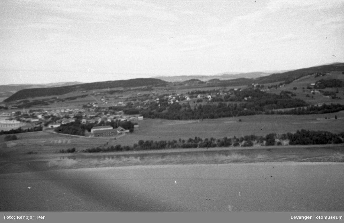 Flyfoto av Levanger, tatt av tenåringen Per Renbjør med sin fars Leica. Oversikt over byen