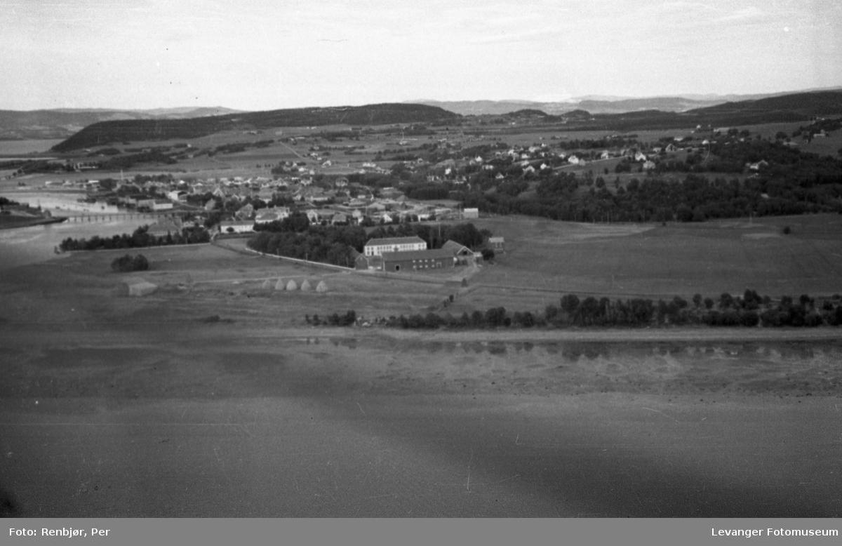 Flyfoto av Levanger, tatt av tenåringen Per Renbjør med sin fars Leica. Oversikt over byen. vI kan skimte høytstakkene på Moan området,