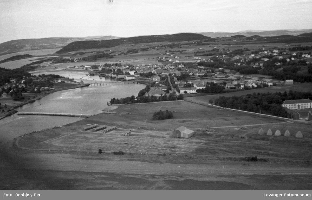 Flyfoto av Levanger, tatt av tenåringen Per Renbjør med sin fars Leica. Oversikt over byen fra Moanområdet, med Jeteen og Sundbrua.