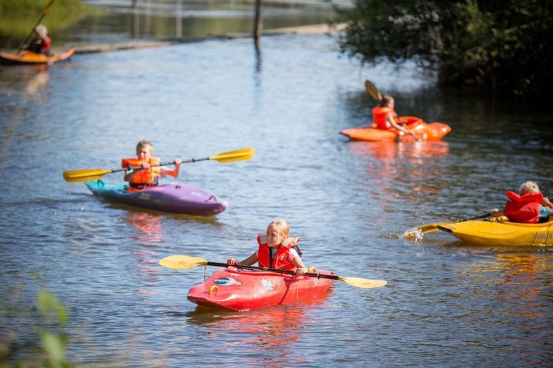 Foto av barn i kajakker på elva. Foto/Photo