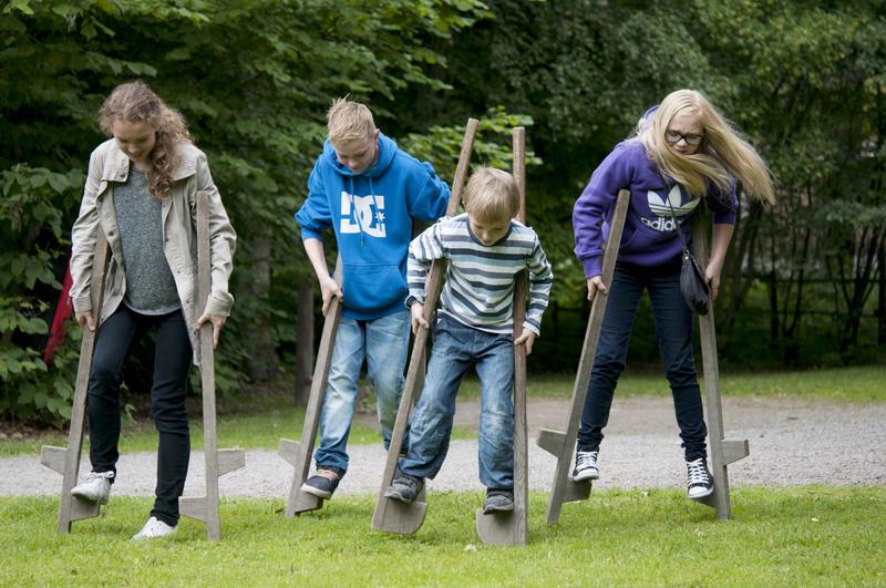 barn går på stylter på Norsk Folkemuseum