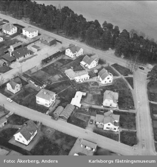 Flygfoto över delar av Karlsborg, Strandvägen, Mellangatan, Hantverkargatan. Foto: Anders Åkerberg, 1973. Endast neg finns.