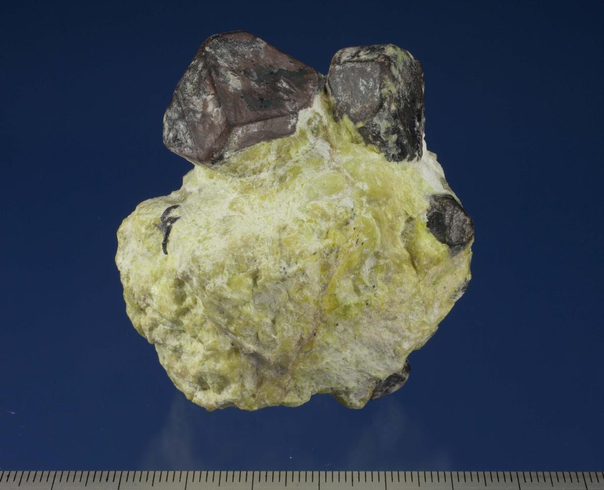 Hematitt-krystaller i serpentin og hydrotalkitt.