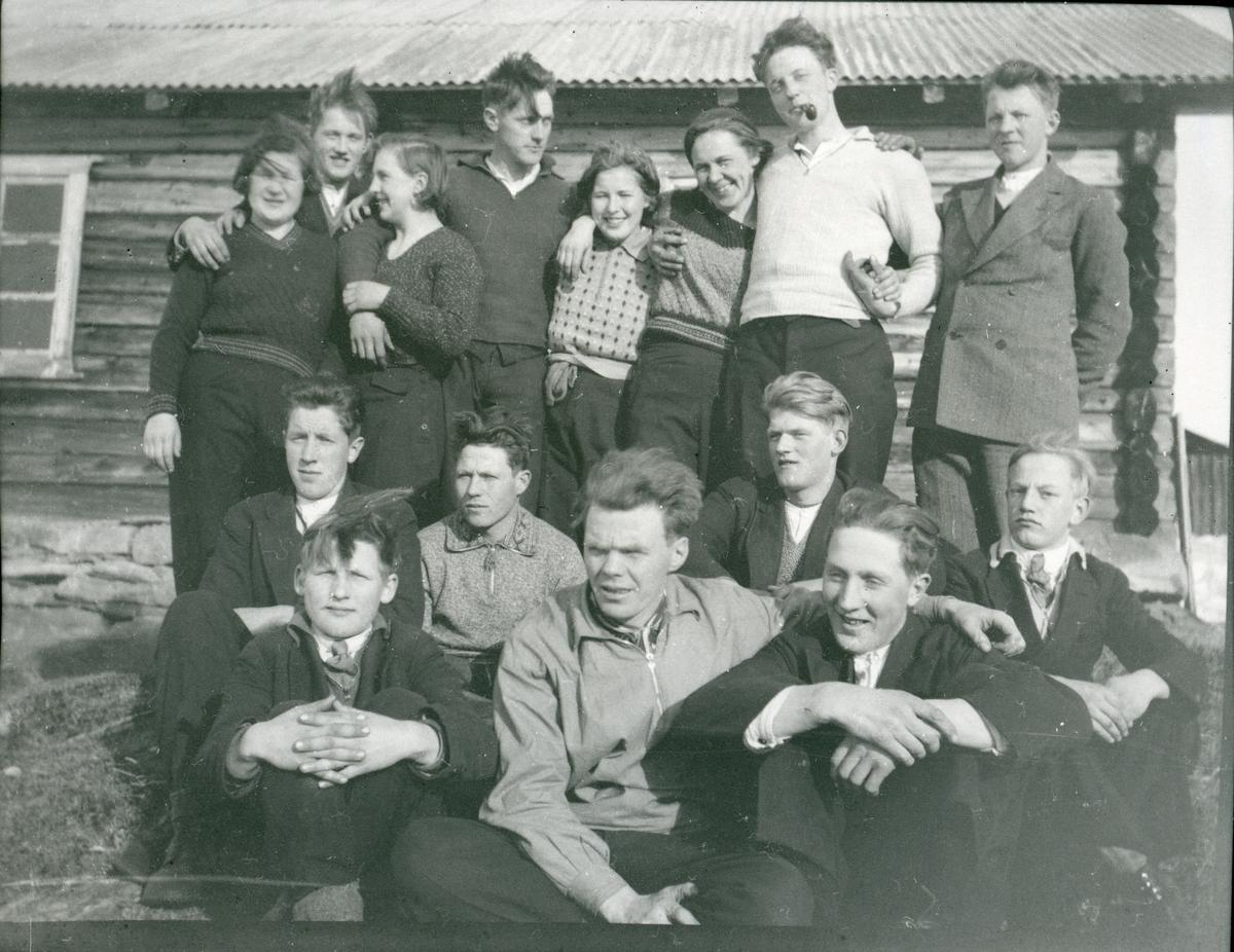Ungdomslaget i vestre Bagn på skitur på Brattrudsetrene. Rundt 1935.
