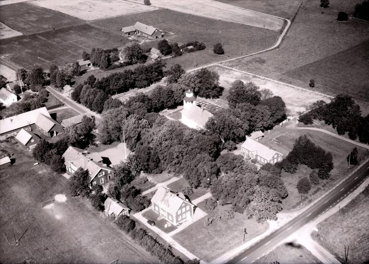 Bildtext: Götlunda socken. Vy över Götlunda kyrka 1964.