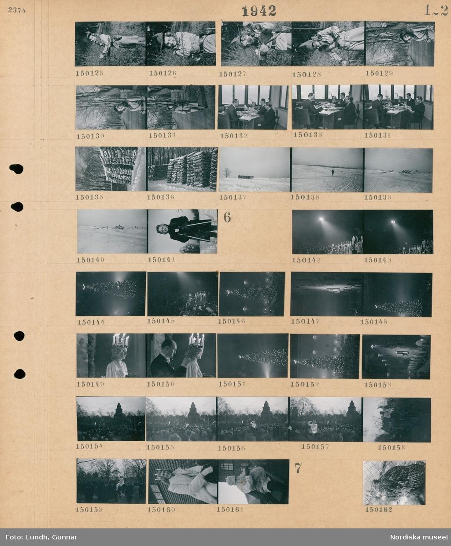 Motiv: (ingen anteckning) ; Porträtt av en kvinna vid en buske, porträtt av en kvinna, interiör med tre män och en kvinna som sitter vid ett skrivbord, staplar med ved, soldater marscherar i ett snötäckt landskap, porträtt av en flicka.  Motiv: (ingen anteckning) ; Ett luciatåg står på en scen inför en publik, en julgran med tre kronor i toppen, en lucia står på en balkong vid Stadshuset, en man hänger ett halsband på en kvinna som är lucia, en man står på en balkong vid Stadhuset inför en folksamling, en lucia rider på en häst genom en folksamling, porträtt av en lucia, en man i stort skägg rider på en häst.  Motiv: (ingen anteckning) ; En kattuggla i ett hägn.