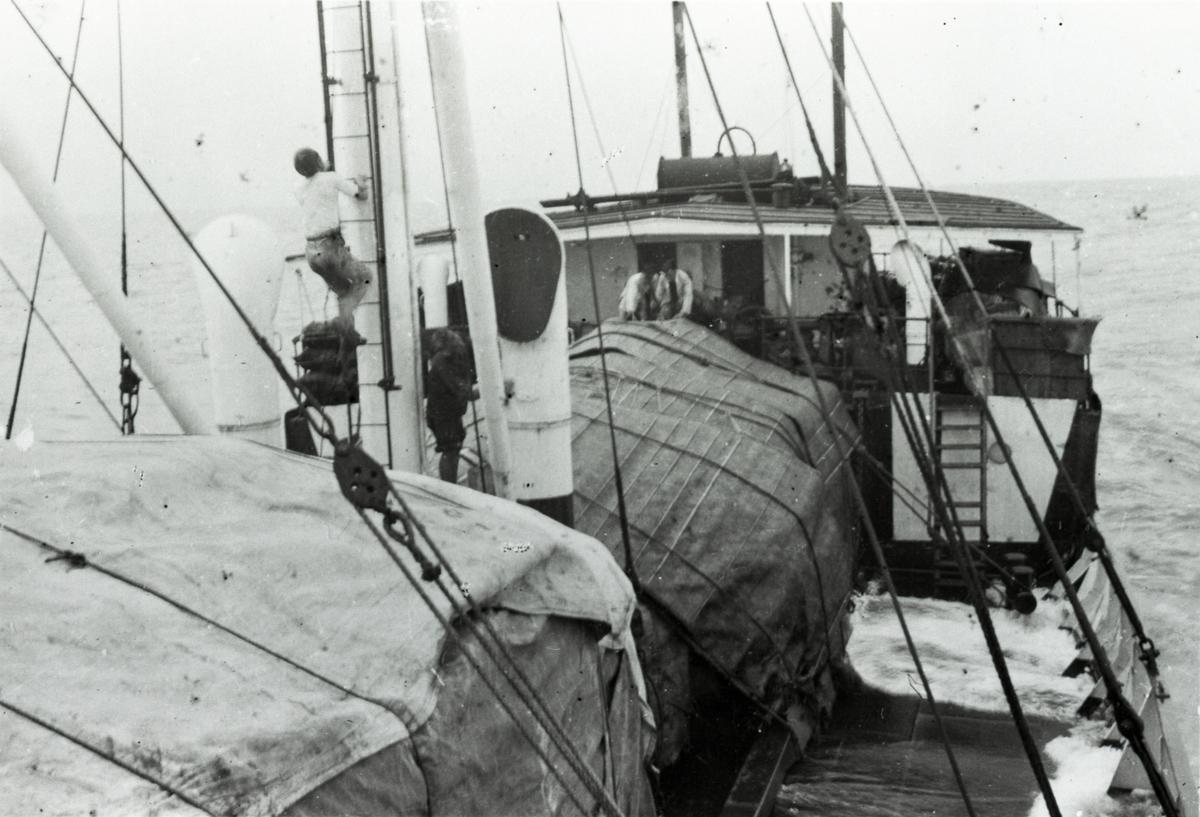 Mannskap og dekkslast ombord i D/S 'Hermod' (b.1925) på reise mellom Bangkok og Hong Kong