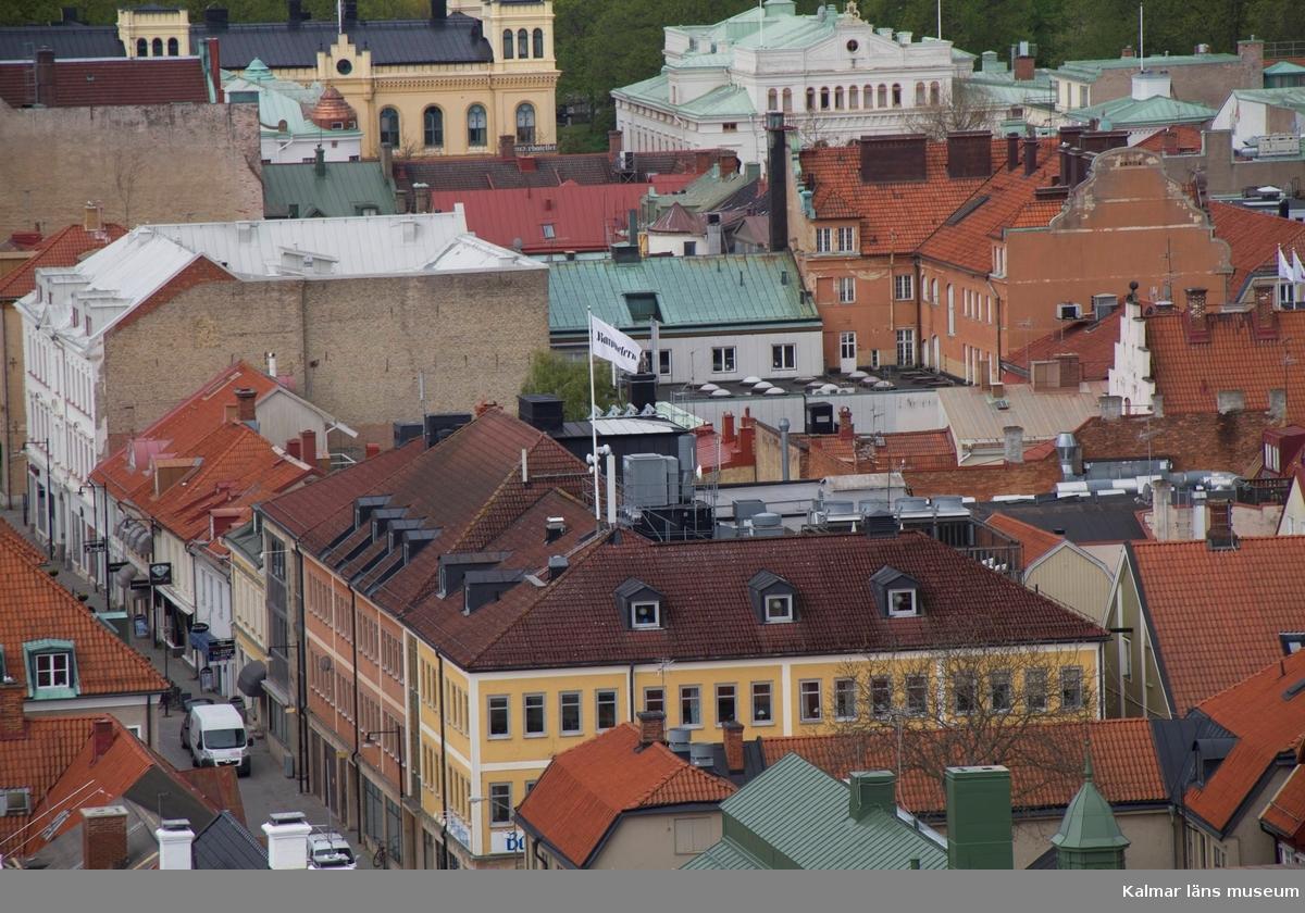 I förgrunden tidningshuset Barometern, kv Apotekaren hörnet Södra Långgatan Östra Sjögatan. I bakgrunden till vänster Frimurarhotellet, till höger Kalmar teater. Under fasadrenoveringen av delar av Ångkvarnen 2014 fick Kalmar läns museums fotograf möjlighet att ta foton från byggnadsställningarna runt tornet. Så här såg centrala Kalmar ut från 60 meters höjd den 14 maj 2014.