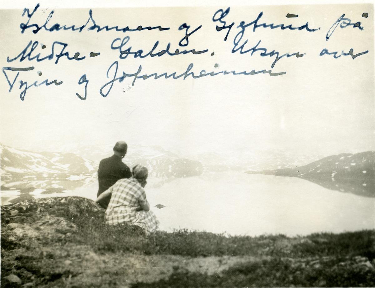 Gjertrud Karlsgot saman med Olaus Islandsmoen i Jotunheimen.