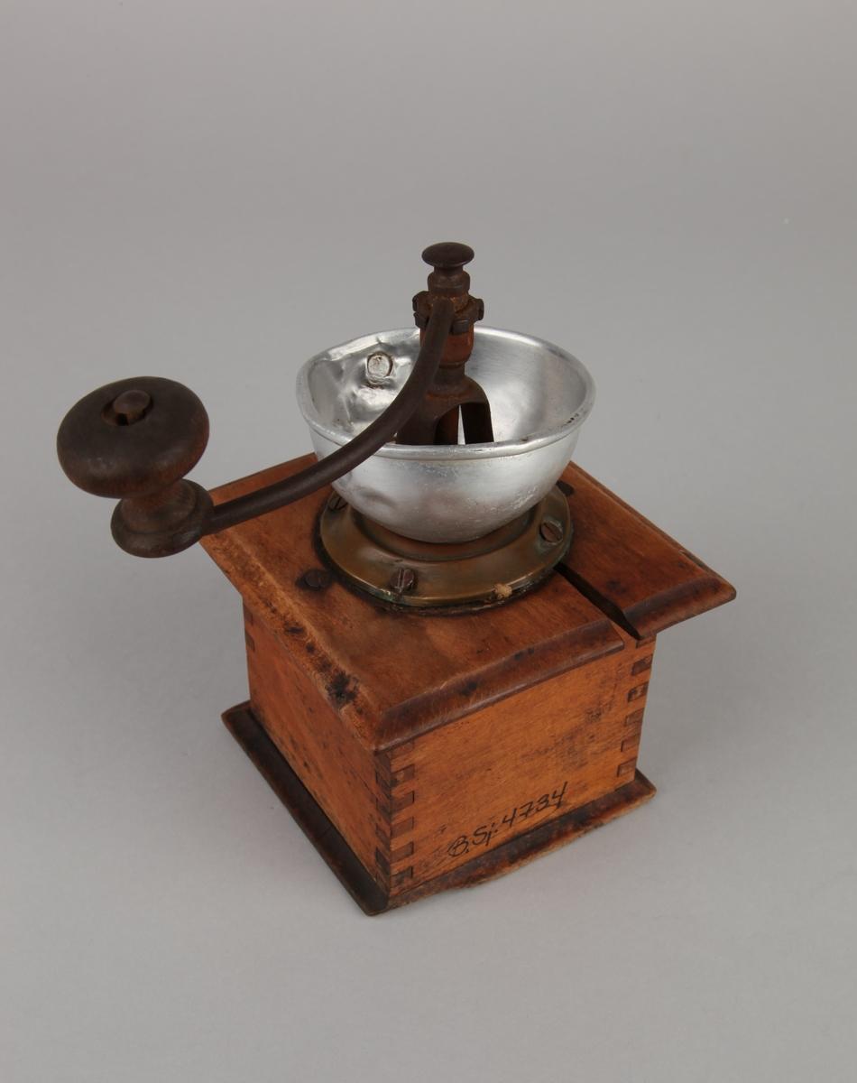 Kaffekvern fra MS LÆRDAL, i tre med kvadratisk form. Med sveiv på toppen og metalltrakt samt kaffeskuff i tre.