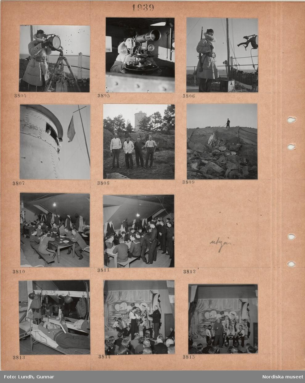 Motiv: Man i militärpäls tittar i mätinstrument vid havet, man i militärpäls med gevär över axeln, bälte, två män tittar ut genom ett tornfönster, fyra män står i bergigt landskap, i bakgrunden en fyr, en man står på en bergknalle, logement, män sitter vid stora bord och spelar kort, kläder hänger på krokar, män i sjömanskläder, en man ligger påklädd på en enkel järnsäng och läser en tidning, krokar med hjälmar, ryggsäckar, liten scen, kuliss med havsmotiv, fyra män i sjömanskläder spelar instrument, sittande publik.