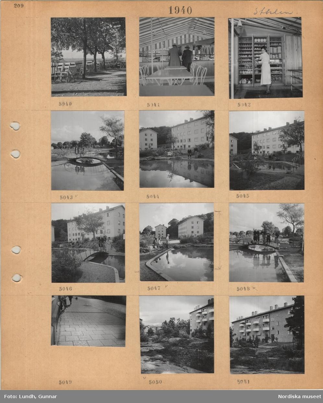Motiv: Stockholm, uteservering, Fåfängan(?), två män vid en disk, servitris vid porslinsskåp, barn står på en bro över en damm, barn vid en damm i område med flerbostadshus, plattbelagd trottoar, naturmark mellan flerbostadshus.