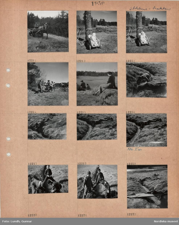 Motiv: Stockholmstrakten, en man och en kvinna sitter på en hästdragen kärra med trädstockar i skog, litet barn i sittvagn i skogsområde, uteservering i skogskant, gäster sitter vid bord, kvinna håller en hund i koppel, fritidsklädda personer vilar i solen vid åkerkant, två pojkar leker vid en rinnande bäck, tre pojkar leker vid bäck, en pojke ligger på spång över bäcken.