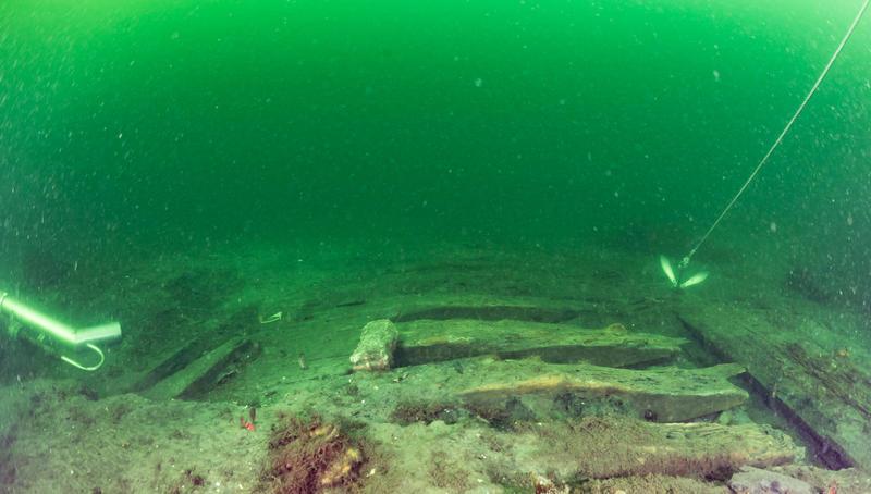 Skipsvraket Svinør 7 på havbunnen. Deler av skipsside frilagt for prøvetaking. (Foto/Photo)