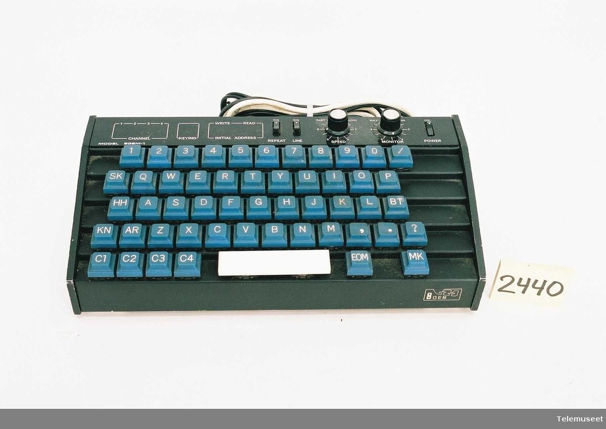 Tastatur som konverterer tastetrykk til morse, med utgang for nøkling og monitor