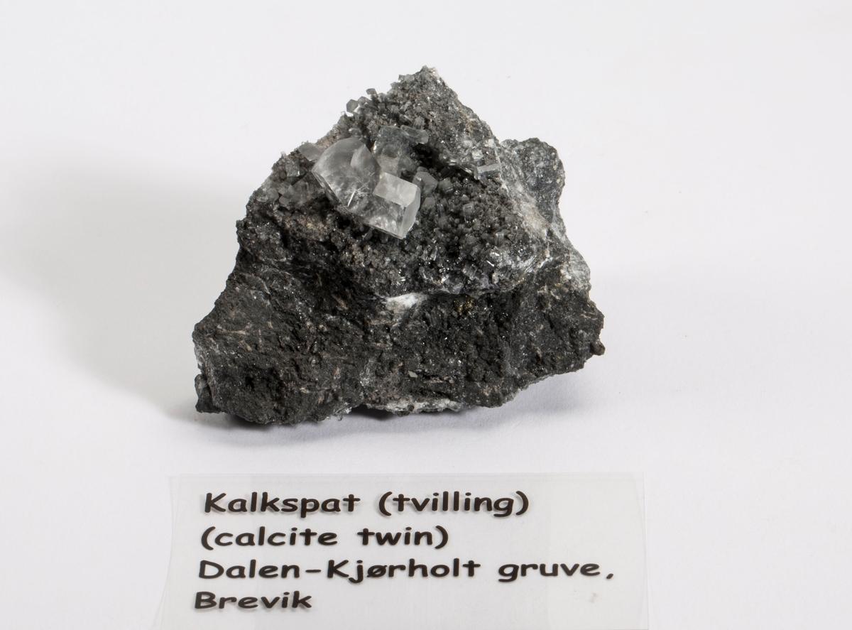 Liten prismetvilling 127 grader på matriks. Foto i Mineralien Welt.