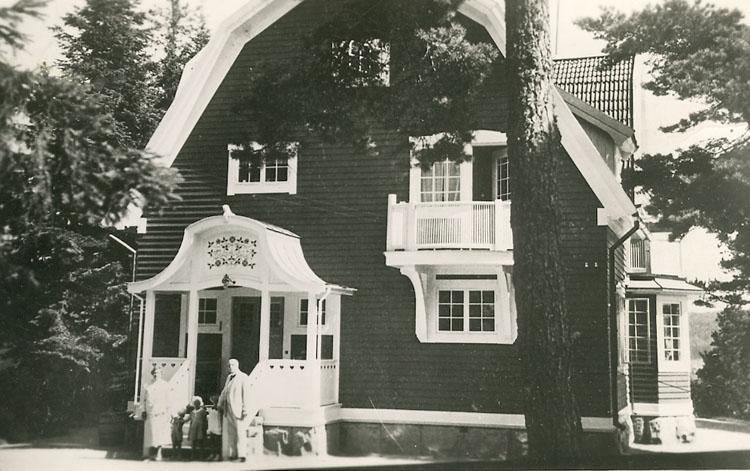 """Enligt Bengt Lundins noteringar: """"Bergsgården med fam. Kullgren. Huset byggdes 1906 åt Viktor Kullgren direktör för """"Kullgrens Enka""""."""