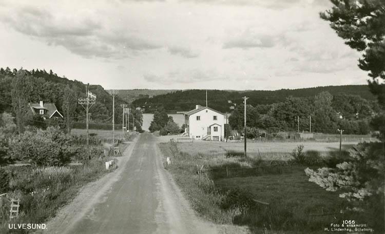 """Enligt Bengt Lundins noteringar: """"Landsväg med affär""""."""