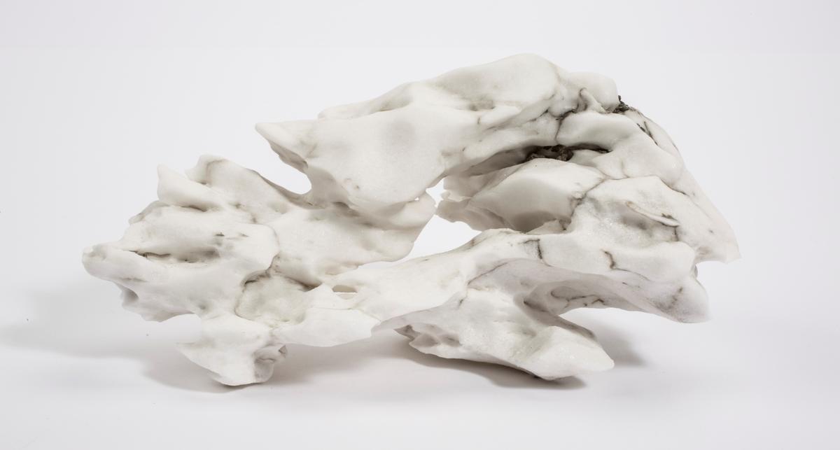 Anhydritt (hvit skulptur) Skansbukta, Billefjorden.