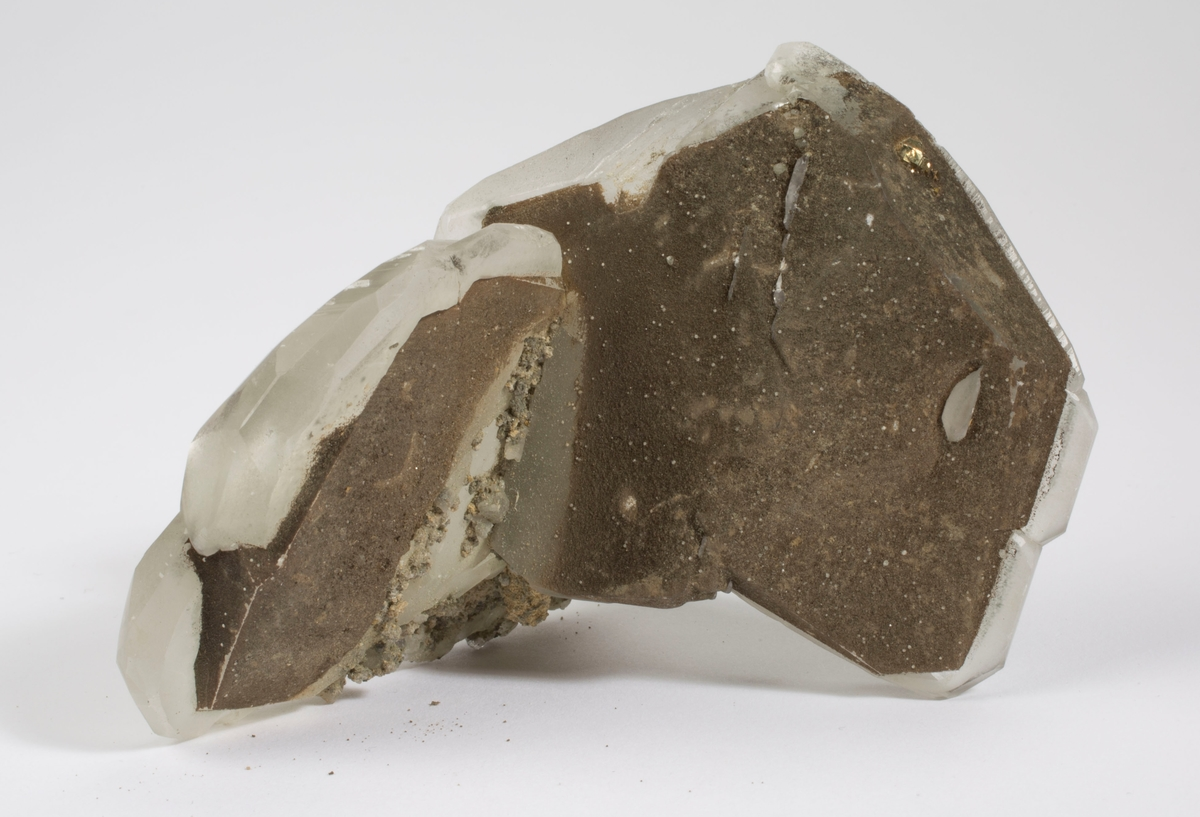 Kalsitt, 2 x tvilling med fantom med brun kloritt, pyritt.