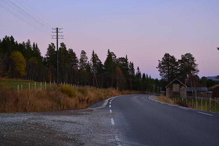 Ca 100 stolper langs fylkesvei 26 i Engerdal. Deler av kursen er flyttet lenger ut i veiskulderen pga veiutbygging. Restaurert i samarbeid med Vegvesenet i 2012. Den bevarte strekningen omfatter stolper med sjeldne 6- og 8-piggs abonnentjern. Linjekursen er fremdeles delvis i bruk (2012)