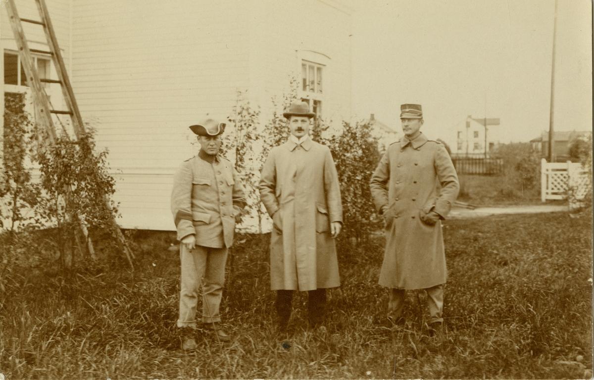 Porträtt av John Oscar Henric Åstrand, Nils Hugo Strandberg officerare vid Norrbottens regemente I 19 och bataljonsläkare Robert Emanuel Malmgren.