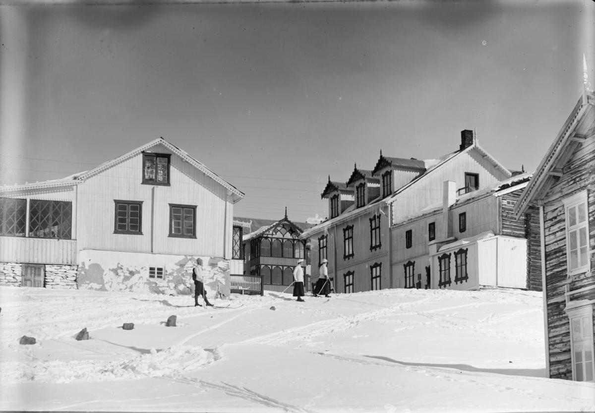 Hjerkinn fjellstue fra tunet. Ca. 1907. Kelings familie.