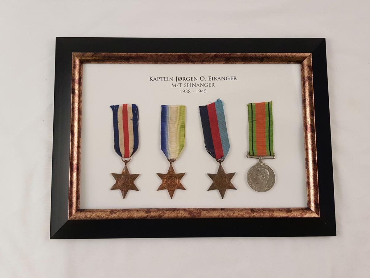 Rammen inneholder fire medaljer: France and Germany Star, Atlantic Star, 1939–1945 Star og War Medal 1939-1945.
