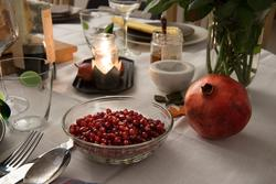 Rosh Hashana. Maten på ett judiskt nyårsbord: granatäpple, h