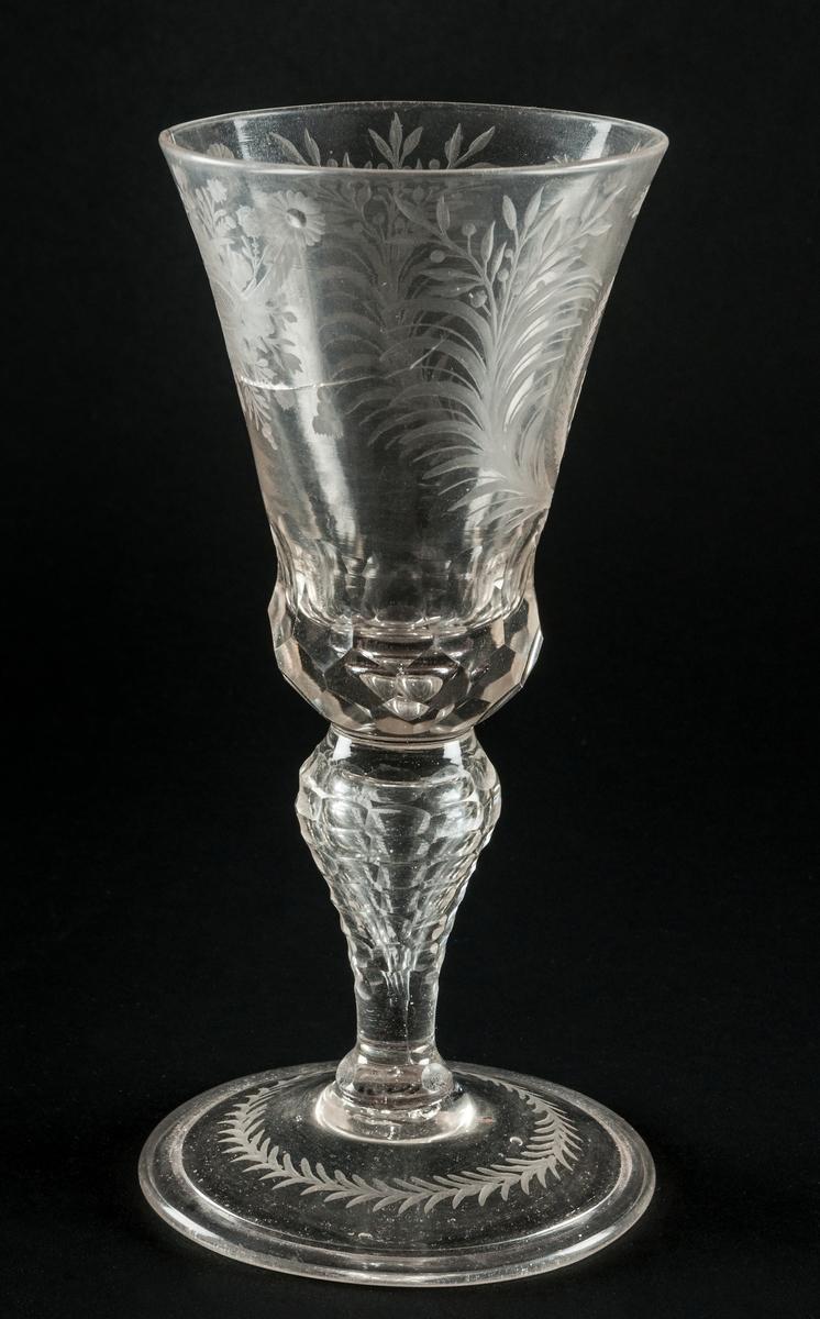 Pokal av glas med lock, krönt J. T. graverad, spräkt.
