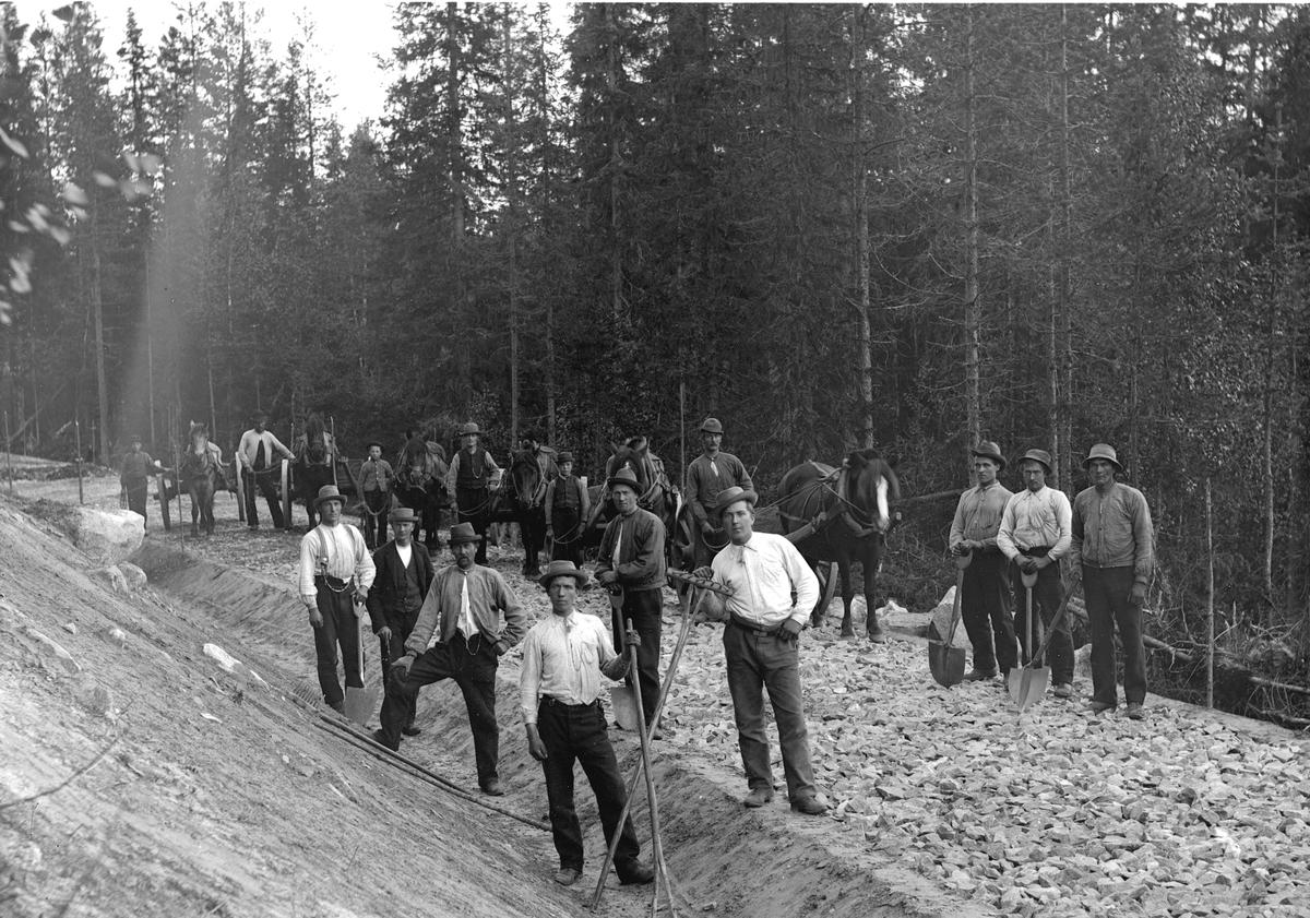 Dokumentasjon av arbeid med et veiprosjekt, ant i Trysil. Ukjente arbeidere. Vegbygging. Dessverre har vi ikke fått bekreftet opplysninger om hvilket prosjekt det er, men det kan være fra 1913, og bygging av vegen mellom Nybergsund og Innbygda.