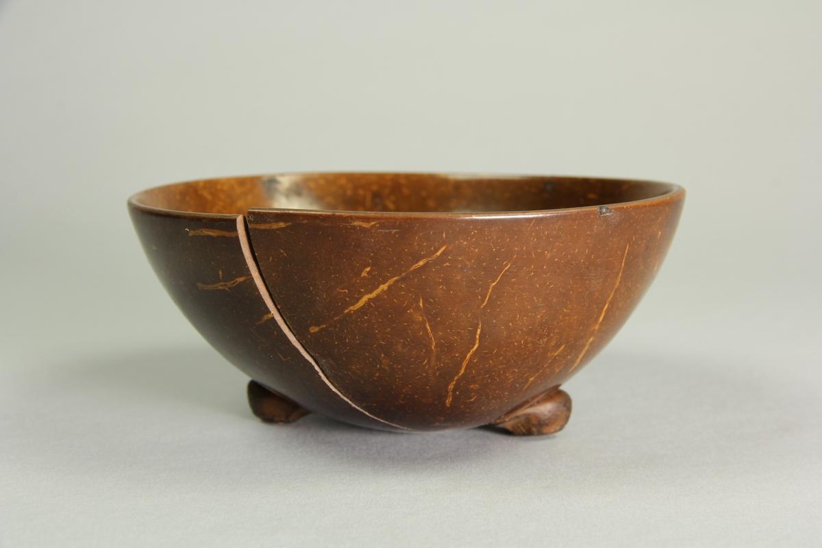 Skål tillverkad av halv kokosnöt, Putsad och polerad samt ytbehandlad. Tre små påsatta fötter.