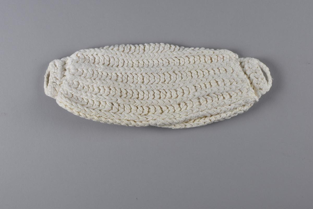 Dambinda, så kallad stoppduk, stickad av mjukt bomullsgarn. Bindan är gjord av en stickad lapp av ljusvekegarn som vikts ihop i tre lager. Kortändarna är ihopfästa med virkning som efter ett par varv bildar en kort stropp och en ögla i varje ände. Öglorna är till för att fästas i ett bälte som bäraren har runt midjan.