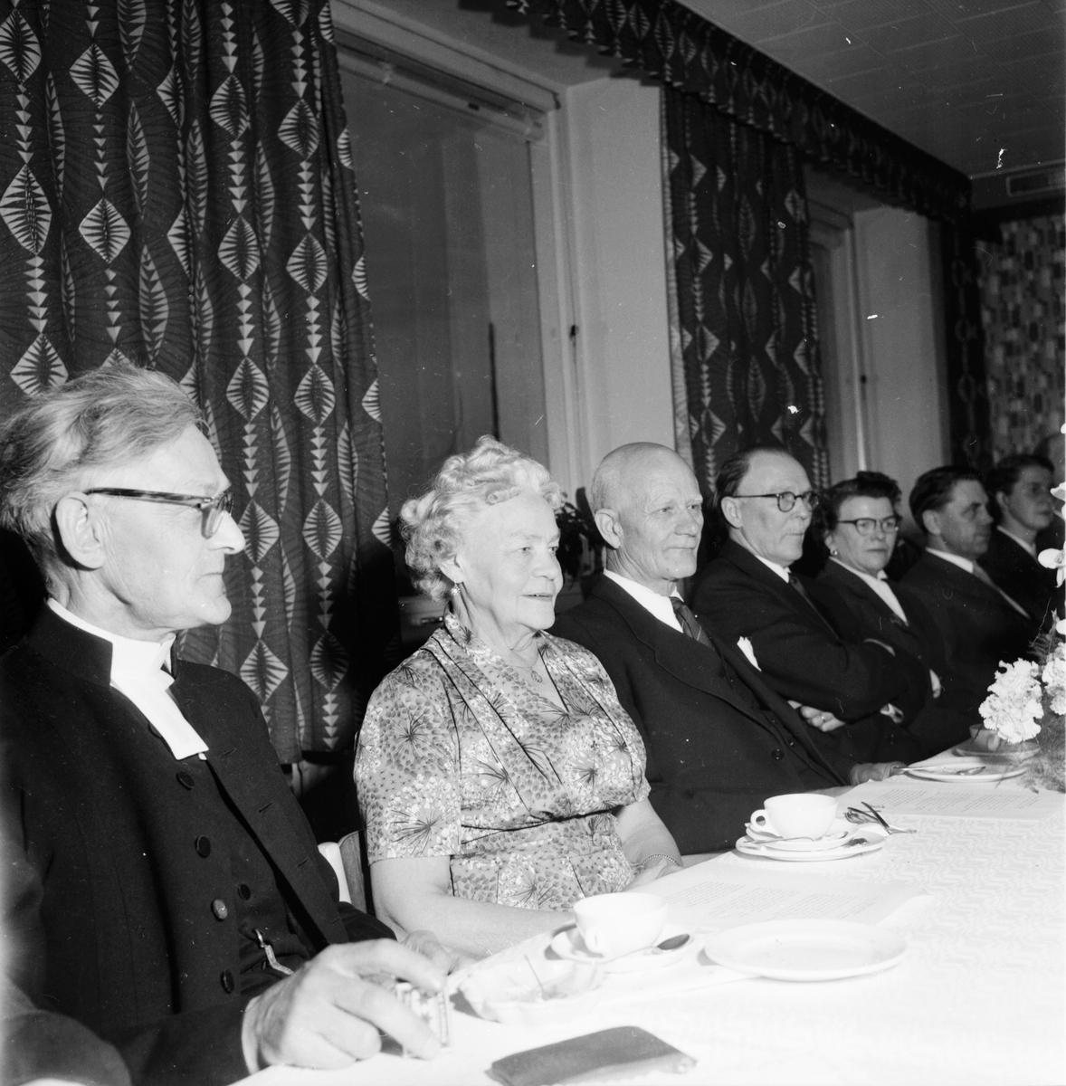 Leo Carlsson avtackas. 19/5 1957